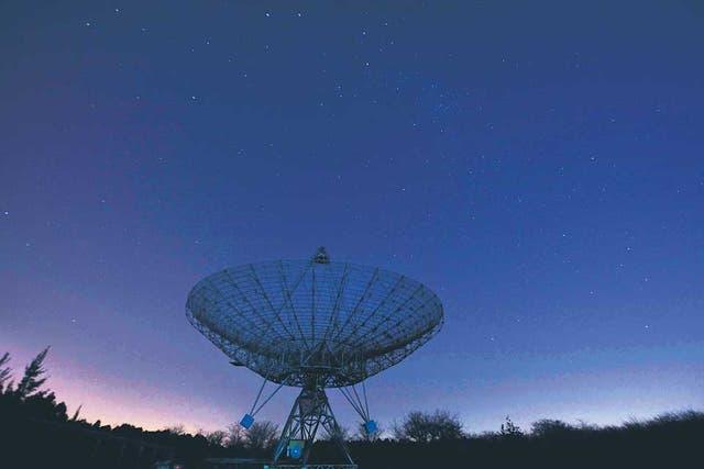 De cara al misterioso cielo. Una de las enormes antenas parabólicas en medio del parque Pereyra Iraola