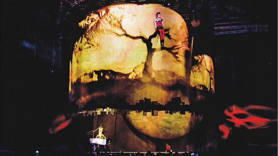 Vira dibuja con las manos en arena y la imagen de la obra proyectada interactúa en tiempo real con un actor en escena