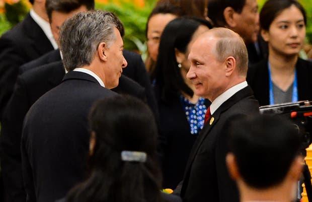 Macri saluda en Pekín, China, al presidente ruso, Vladimir Putin, durante el foro