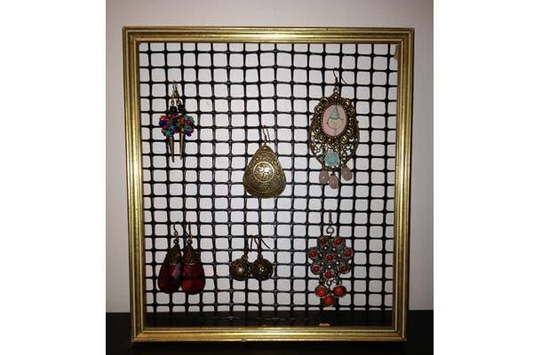 Otra sugerencia DYI para colgar en la pared. En este caso, necesitas un marco viejo y una tela metálica (podés elegir la forma que más te guste). Foto: Mariana Robin