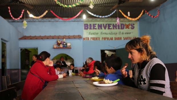En el comedor de Villa Besada, en Lanús, las cocineras dicen que aumentó un 50% la demanda