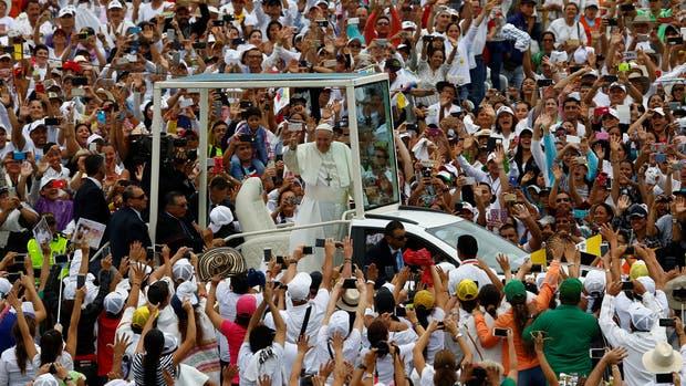 En una misa ante 1.200.000 fieles, el papa Francisco llamó hoy en Medellín a seguir a Jesús y a dejar de lado la violencia