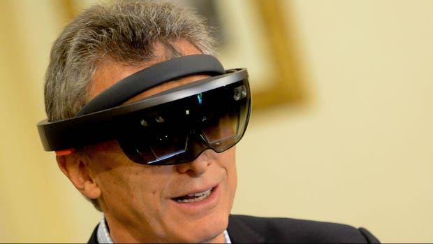 Macri mira los hologramas