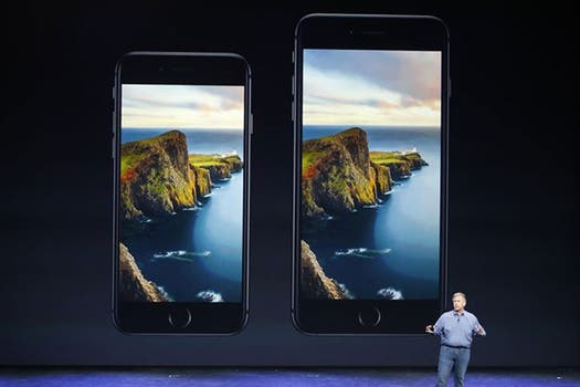 El iPhone 6 y iPhone 6 Plus, presentado por Phil Schiller, vicepresidente de Marketing de Apple. Foto: Reuters