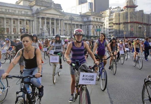 Centenares de ciclistas marcharon ayer para pedir más protección