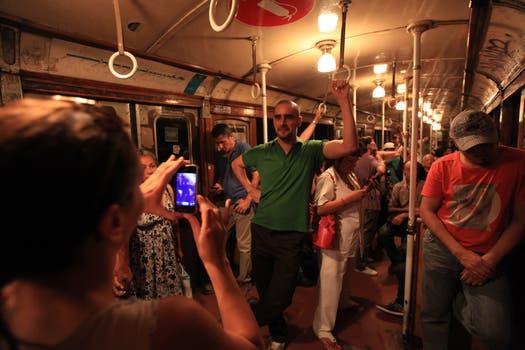 Cientos de personas se acercaron a las estaciones de la Línea A para fotografiar a los centenarios vagones. Foto: LA NACION / Maxie Amena