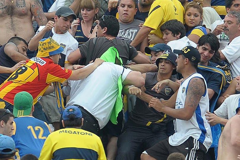 Así fue la agresión que sufrieron los agentes de Seguridad en la tribuna de Boca. Foto: Télam