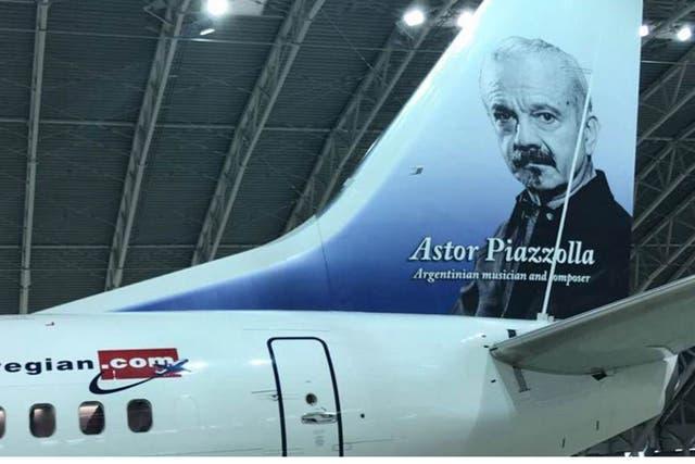 La cola del avión Astor Piazzolla con la imagen del músico argentino
