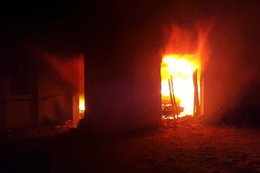 El incendio dejó destrozado el garage de la casa de Hein