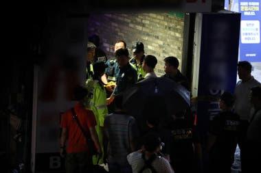 Los rescatistas trabajan para asistir a las víctimas del derrumbe en el local nocturno en Gwangju, Corea del Sur, donde se desarrolla el Mundial de natación