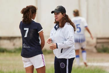 Silvana Villalobos y una de sus jugadoras, en una cancha mendocina