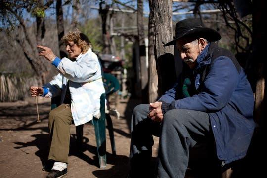Doña Paula junto a su compañero, Don quiroga, Él le fábrica husos nuevos para que pueda seuir trabajando. Foto: LA NACION / Rodrigo Néspolo/Enviado especial