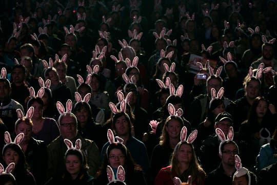 Varios turistas lucen orejas de conejo para recibir el Año Nuevo Lunar en China. Foto: Reuters
