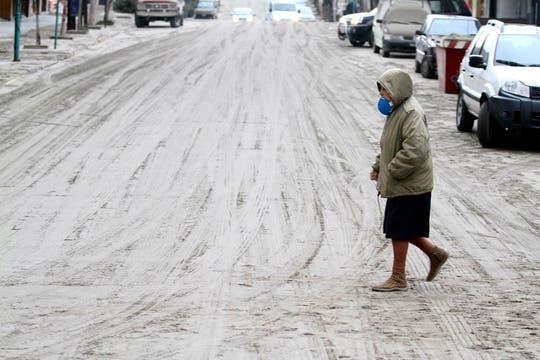 Poca gente transita las calles de la ciudad, que se encuentra en estado de alerta por la caída de ceniza. Foto: Reuters