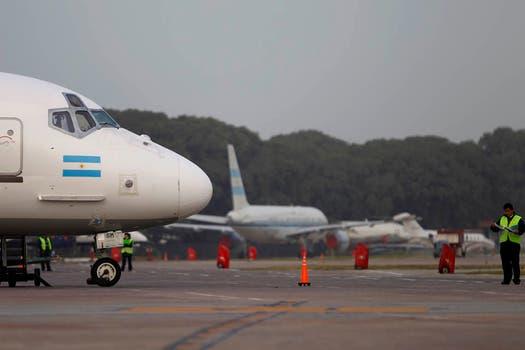 Varios aviones permanecen parados en las pistas del aeroparque Jorge Newbery. Foto: AP