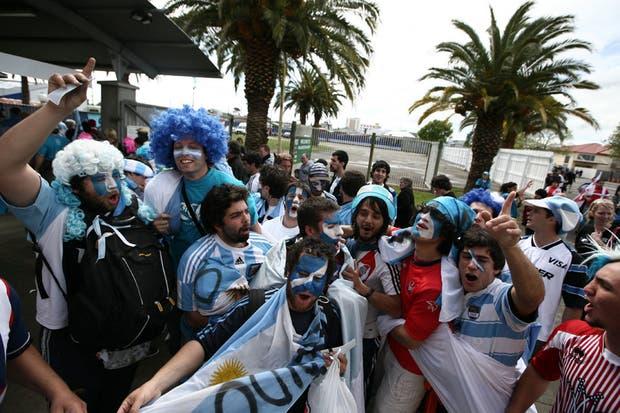 Los argentinos tiñeron de celeste y blanco las tribunas del Arena Manawatu, donde se selló la clasificación a cuartos.  Foto:LA NACION /Emiliano Lasalvia, enviado especial