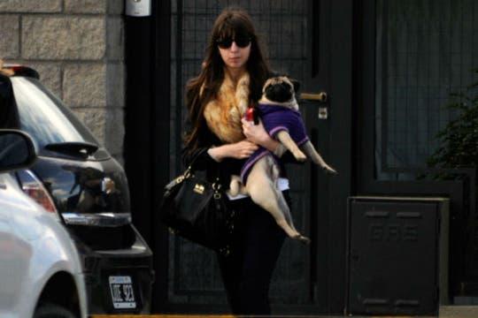 Florencia y su mascota, luego de almorzar. Foto: OPI Santa Cruz
