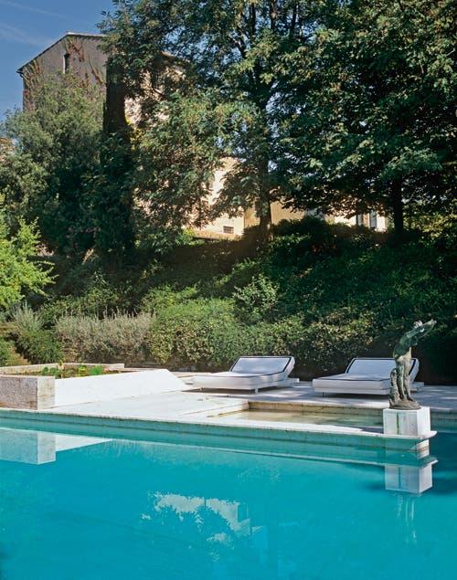 Una gran piscina con una arboleda, el lugar perfecto para tomar sol y descansar en verano.