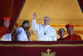 El nuevo Papa, Jorge Bergoglio saluda a los fieles