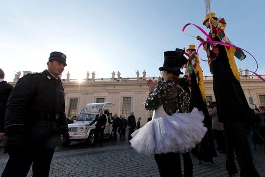 Los artistas del Golden Circus, durante su actuación en la plaza San Pedro. Foto: AP