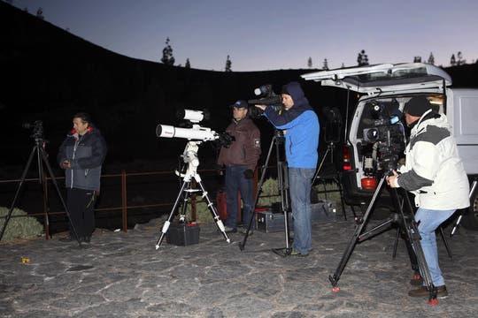 Varios fotógrafos fotografian el eclipse. Foto: EFE