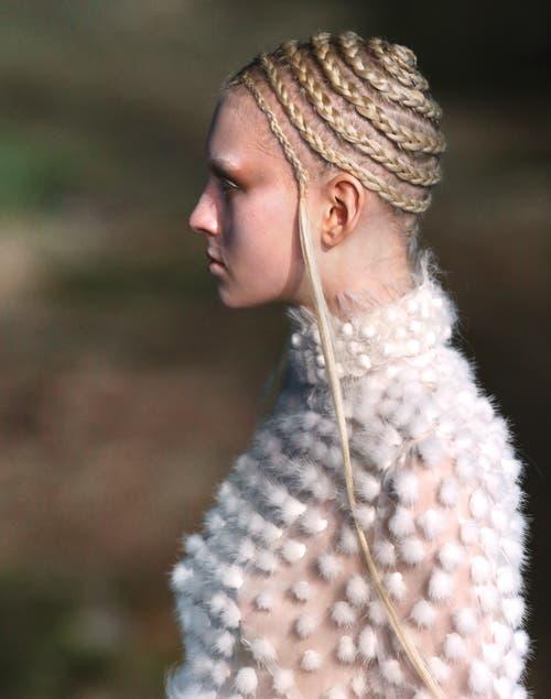 Se puede usar el propio pelo para simular una vincha de trenza.