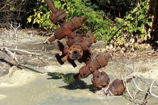 Imagen de uno de los 24 pozos petroleros abandonados. Foto: Amigos del Parque Nacional Calilegua