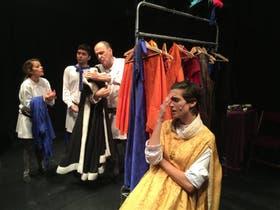 Los protagonistas de la puesta, en una de las escenas del backstage a la vista