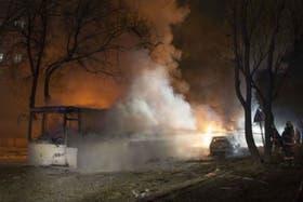 La explosión generó una densa columna de humo