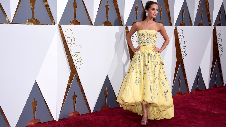 Alicia Vikander con un vestido amarillo custom made de Louis Vuitton. La actriz de La chica danesa brilló en la red carpet y causó polémica con su elección ¿Qué te pareció?.