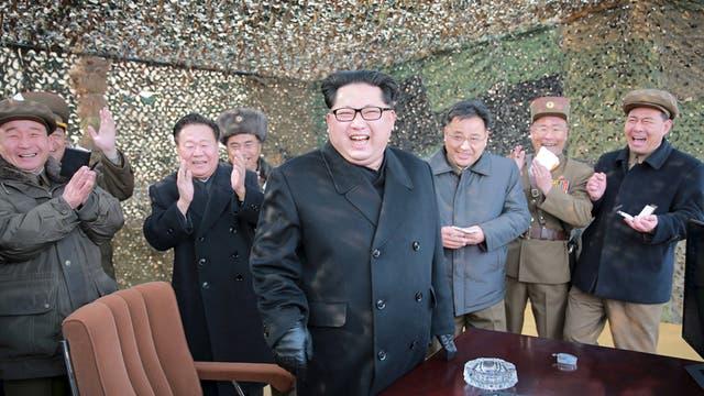 El líder norcoreano, Kim Jong Un, sonríe al dirigir la prueba de un sistema de mísiles múltiple en una foto compartida por la agencia norcoreana de noticias el 4 de marzo