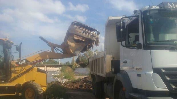 Los principales canales de Mendoza acumulan cada vez más basura