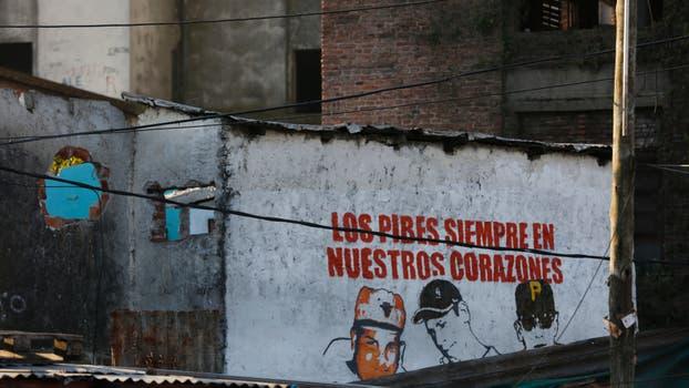 Pintadas que recuerdan a los pibes que ya no están en el barrio por diferentes circunstancias. Foto: LA NACION / Fabián Marelli