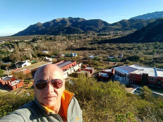Eduardo Génova, amigo del piloto desaparecido, coordina la búsqueda paralela desde un complejo de cabañas en San Luis