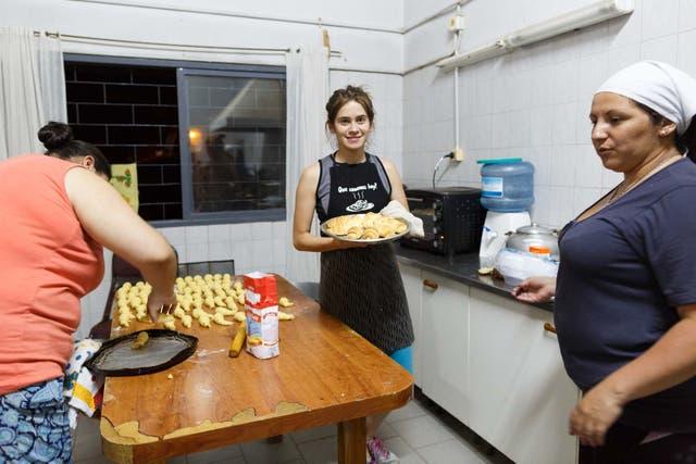 Mujeres del pueblo se ofrecieron como voluntarias para cocinar en el albergue. Hasta la reina de la vendimia del distrito está con ellas (la chica del medio). Su nombre es Carolina Baigorria
