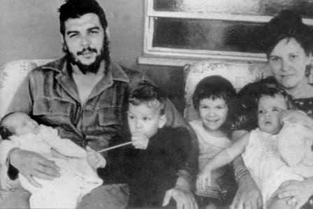 Ernesto Guevara, con su familia. Foto: Fotografía del libro Che Guevara, la vida en juego