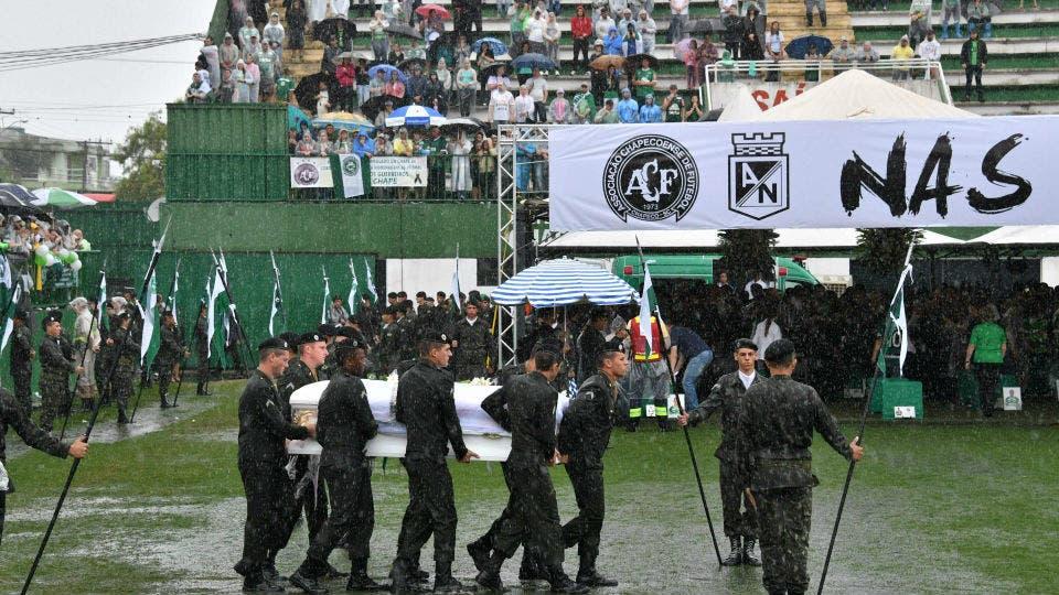 Los cuerpos, en el estadio Arena Condá. Foto: Reuters / AFP