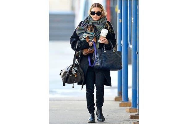 Ashley Olsen, otra fanática de las mascotas, en busca de su café diario junto a su perro Dachshund, obviamente lookeado para los días de invierno. Foto: Vía usmagazine.com