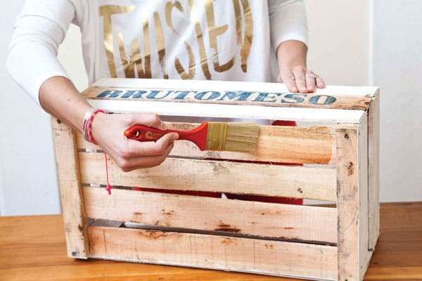 2-En caso de mantener el color de la madera, pincelar con el barniz mate que protege la superficie. Si no, aplicar el acrílico blanco. Eso sí, darle dos manos (por lo menos) porque absorbe bastante.