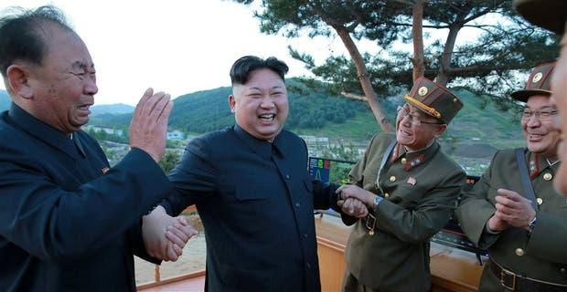 El líder norcoreano Kim Jong-un, con científicos del ejército coreano