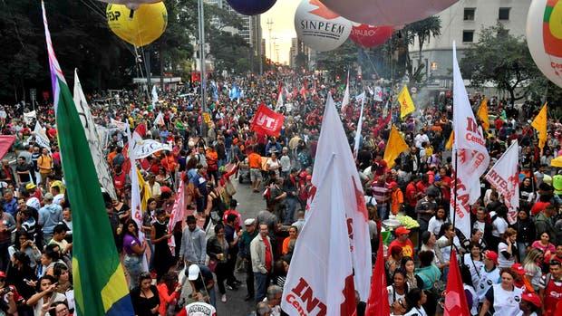 Carteles y banderas en una de las manifestaciones de ayer contra el gobierno en las calles de San Pablo