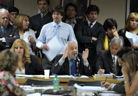 El diputado Vega, mientras se desarrollaba la reunión que terminó con el dictamen que no fue tal