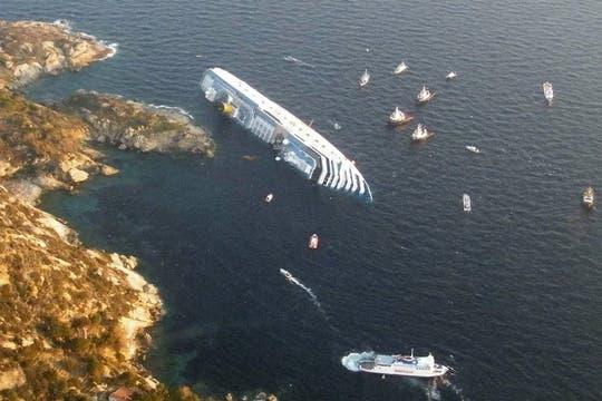 El barco golpeó una formación rocosa y quedó encallado en un banco de arena. Foto: Reuters