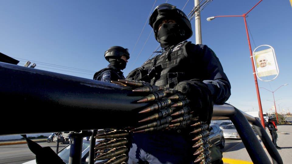 Durante toda su gira hubo fuertes operativos de seguridad. En Ciudad Juárez dos oficiales se ven fuertemente armados. Foto: Reuters
