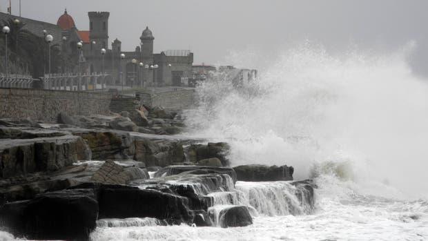 Clases suspendidas, postes telefónicos caídos y calles anegadas, el saldo del temporal en Mar del Plata