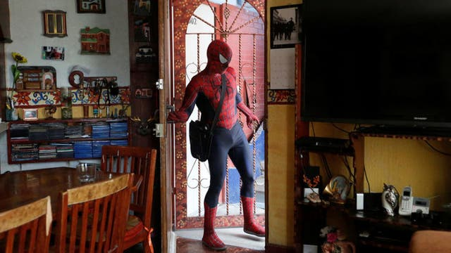 Vázquez sale de su casa, en Iztapalapa (Ciudad de México), el 27 de mayo de 2016.