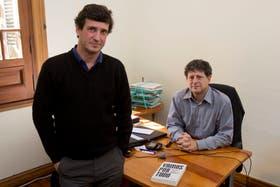 """Marcos Novaro y Eduardo Levy Yeyati junto a su libro """"Vamos por todo"""""""