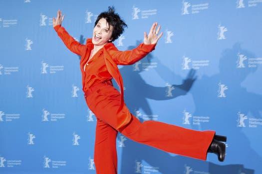 La actriz francesa Juliette Binoche despliega sus pasos, en el Festival de cine de Berlín / EFE.