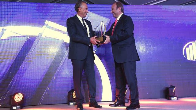 Eduardo Coduri, CEO de EY Argentina entregó el premio a la categoría máxima a Marcelo Mindlin.