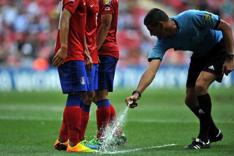 Había tanto olor a pata, que el árbitro tuvo que tomar medidas (?). Foto: Fotos de EFE, AP, AFP y Reuters